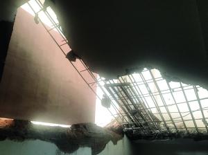 南京商铺装修砸坏消防通道 施工方已经停工