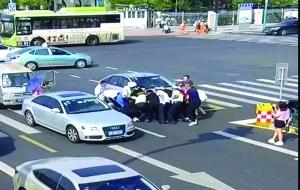 苏州老人被汽车轧倒 热心群众合力抬车救人