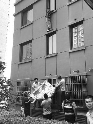 常州八旬老人患老年痴呆症 三楼翻窗被挂窗外