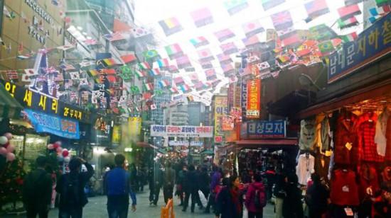 挂着各国旗帜的南大门市场,欢迎世界各地游客[摄=记者 孙晨]