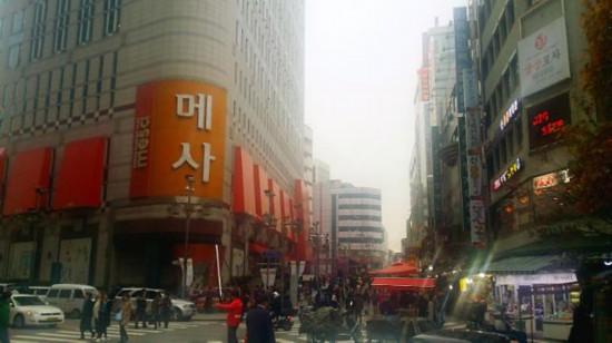 南大门市场内大型购物商城  [摄=记者 孙晨]