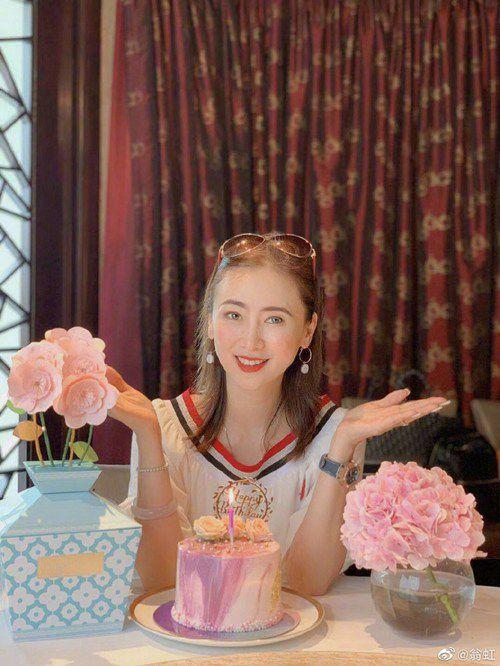 翁虹迎51岁生日晒美图自认还是美少女