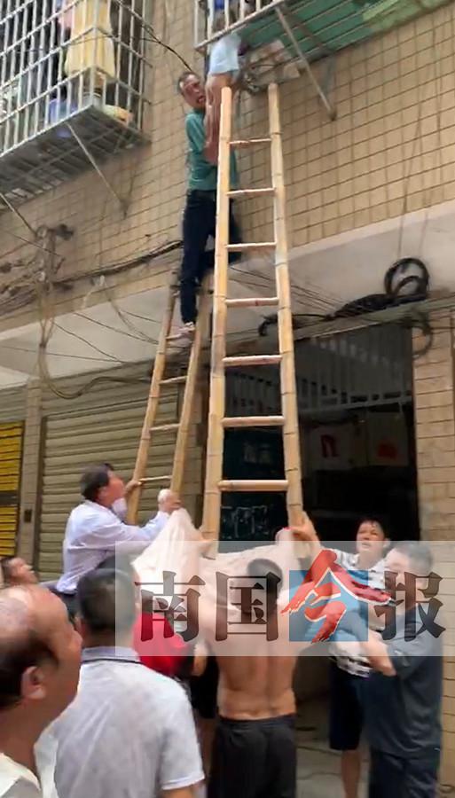"""三岁男童脖颈被卡防盗网""""托举哥""""架设楼梯救人"""