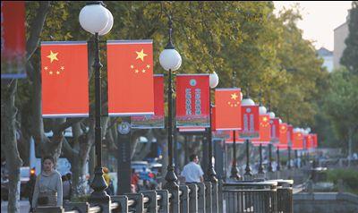 南通街頭國旗高挂 節慶氣氛日漸濃郁