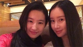 网友偶遇刘亦菲舒畅逛街 神仙友情令人称羡
