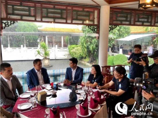 柬埔寨旅游部副部长索克立亚向媒体介绍柬埔寨旅游业情况。
