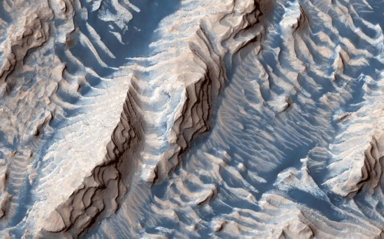 火星上的沙子是蓝色?NASA公布达尼尔森陨石坑照片