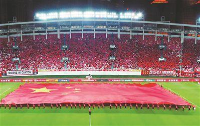 廣州:球場五萬人 和國旗同框