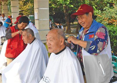 老年志愿者每月义务为社区老人理发