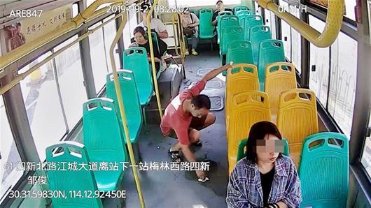"""公交""""擦地哥""""获同车乘客点赞"""