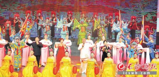 9月23日晚,精彩纷呈的群众文艺优秀节目在长沙实验剧场上演。长沙晚报全媒体记者 贺文兵 摄
