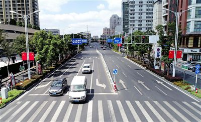 海安街頭路燈杆挂起五星紅旗 迎接國慶節到來