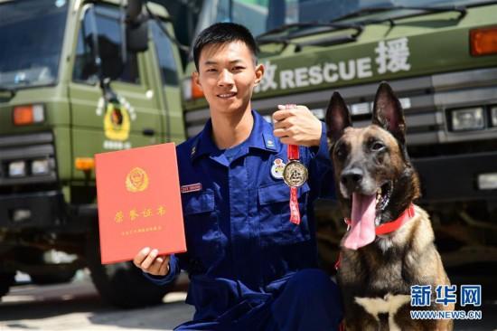 """(社会)(1)搜救犬""""巴特""""载誉归来"""