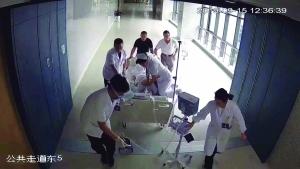 连云港患者心跳骤停 护士跪床抢救获网友点赞