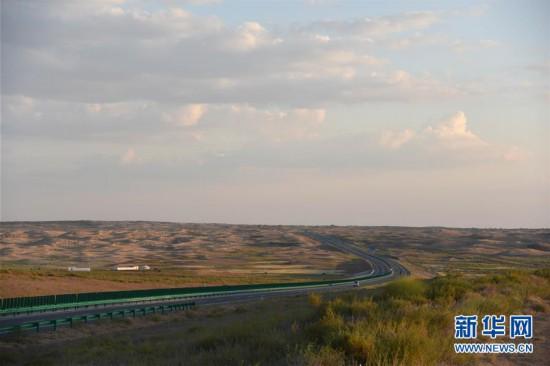 (社会)(1)库布齐沙漠中的穿沙公路
