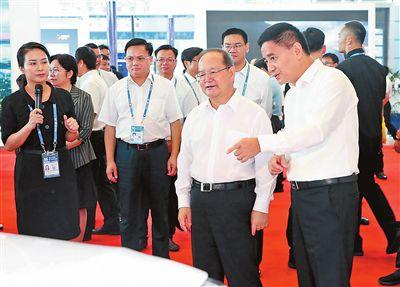 鹿心社参观贵港新能源汽车和电动车展区
