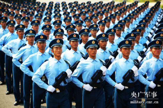 直立姿勢の練習を行う閲兵式に参加する空軍隊員(撮影・彭洪霞)。
