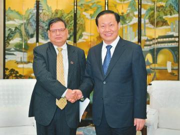 彭清华会见尼泊尔联邦议会众议院议长马哈拉