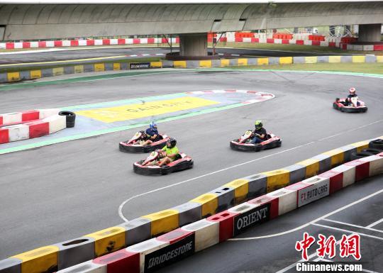 中国―东盟国际汽车拉力赛进行最后比拼新加坡车手夺冠
