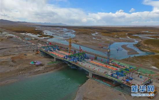 """(经济)(1)青海湖湟鱼洄游河流架起""""生态公路桥"""""""