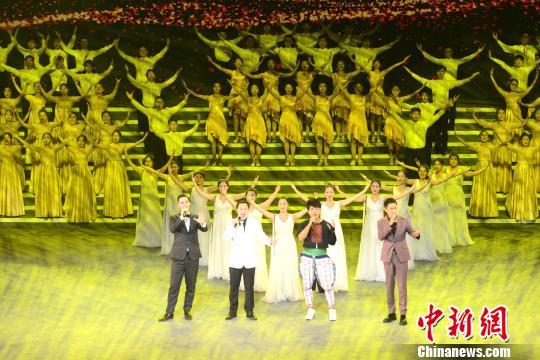 图为闽港澳台四地歌手同台演出。 吕明 摄