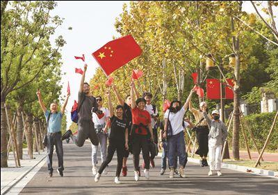 澳门金沙网上娱乐市民在狼山公园参加《我和我的祖国》快闪