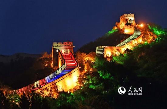 北京八达岭长城万灯齐放,如巨龙腾飞。雷声 摄