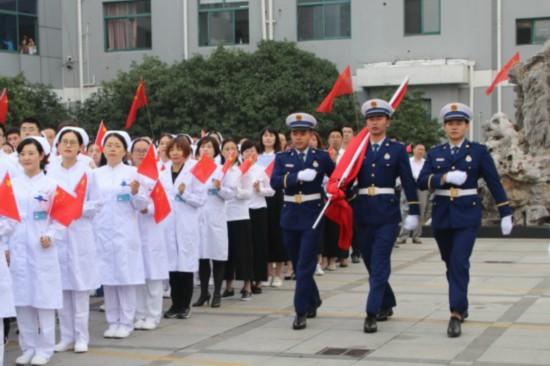 揚州寶應縣中醫醫院舉行升旗儀式慶國慶