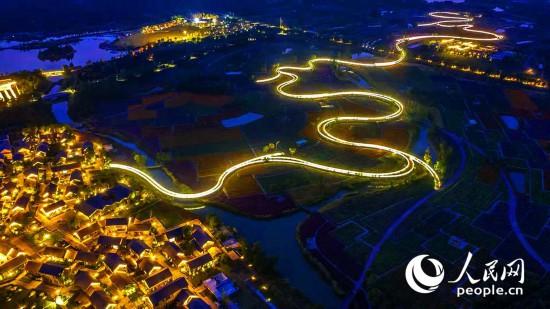 江苏宿迁三台山国家森林公园衲田内廊桥灯饰如巨龙盘旋。陆启辉 摄