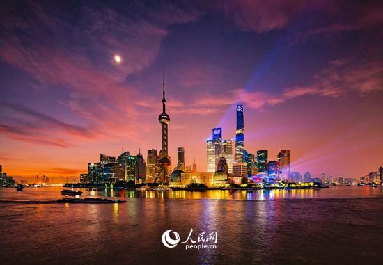 上海陆家嘴黄浦江灯光秀。杨帆 摄
