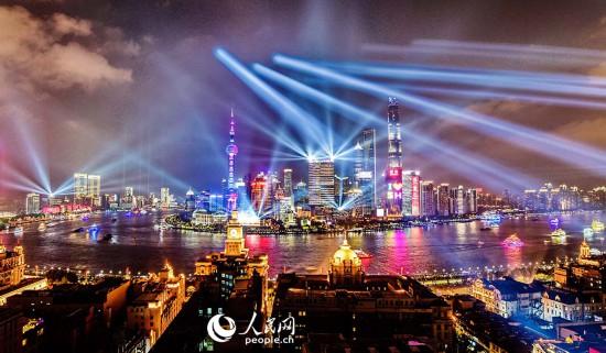 上海陆家嘴黄浦江灯光秀。黄伟国 摄