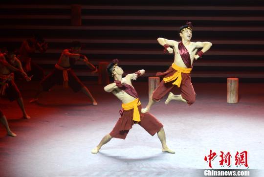 图为拍胸舞《船歌》表演。 吕明 摄