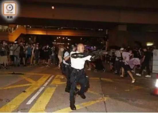 「スキンヘッドの劉警長」という愛称で知られる香港警務処機動部隊警署の劉沢基警長は、毅然とした態度で暴徒に立ち向かい、中国のネット上でも大きな話題となった。画像は7月30日夜、襲撃を受け、仕方なく銃を暴徒に向ける劉警長ら (画像は香港「東網」から) 。