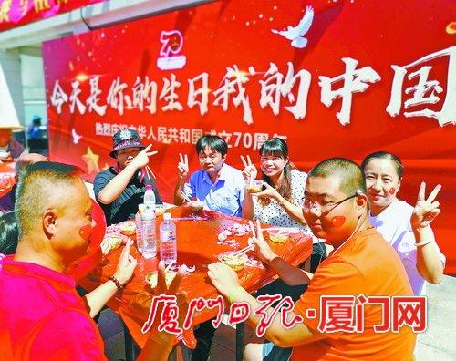 国庆吃长寿面渐成新民俗厦门市民群众通过这种方式庆祝新中国70华诞