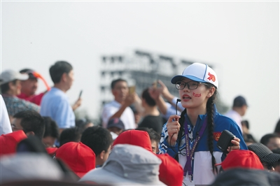 "<b>1.1万余国庆志愿者擦亮北京""金名片""</b>"