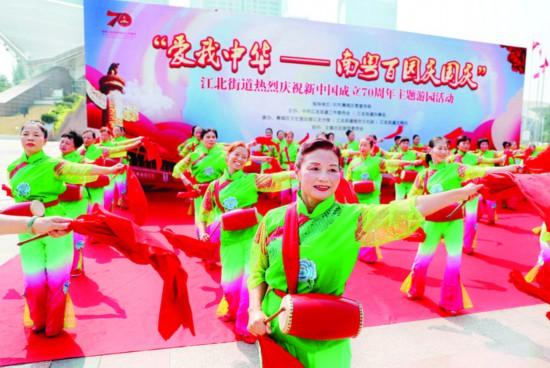 惠城区江北街道腰鼓队在惠州体育馆前表演腰鼓《中国范》。    惠州日报记者钟畅新 摄