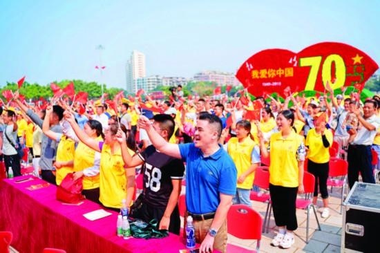 ▲全场唱响《我和我的祖国》。    惠州日报记者汤渝杭 摄