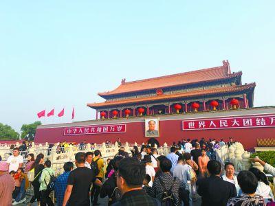 天安门城楼挂上新国徽 使用期可达50年以上