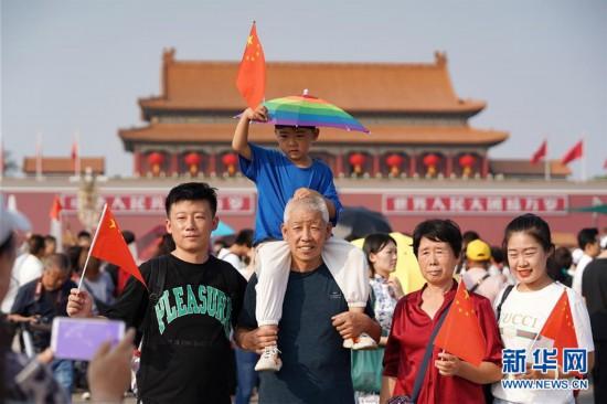 (社会)(1)北京:天安门广场游人如织