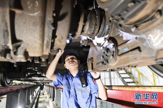 """(社会)(10)假日里的劳动者:守护列车运行安全的""""动车医生"""""""