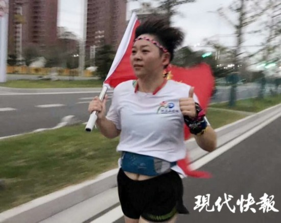 揚州高郵4名跑友撿到國旗 一路護送交到公安局