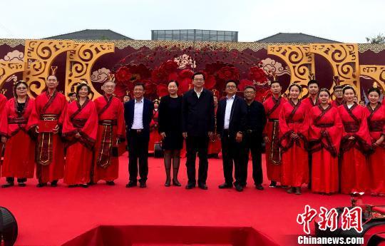 扬州70对新人办集体婚礼 70对老年夫妻秀恩爱