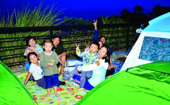 游客在罗浮山参加帐篷节。  惠州日报记者李燕文 摄