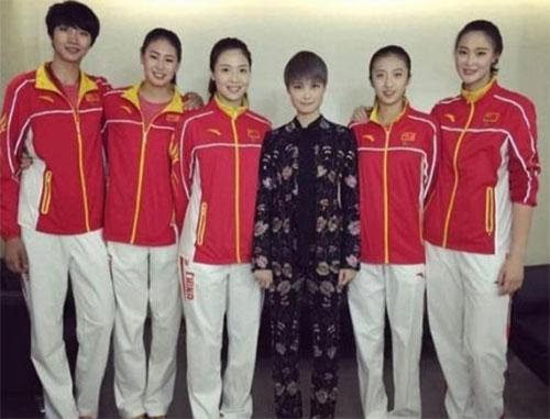 李宇春与女排姑娘同框合影身穿排球队服长腿吸睛
