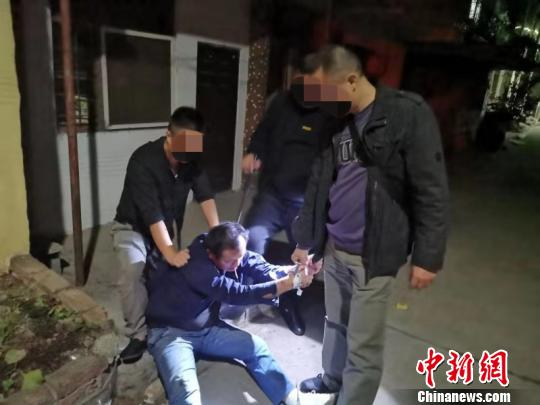 分分彩今天统计号,湖北一民警负伤忍痛肉搏持刀毒贩搜获近千颗麻果