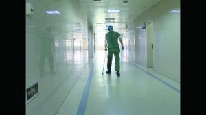 宿迁泗阳医生拄着拐杖做手术:还好只用到手