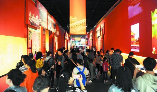 """市民和游客在成博参观""""走进重华宫""""主题展 图据成都日报"""