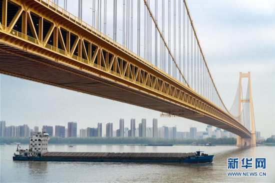 (经济)(7)长江上首座双层公路大桥通车