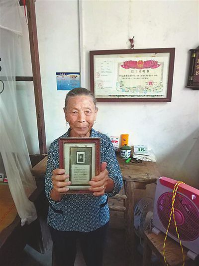 """献身革命大公无私――巾帼须眉李美群""""马前托孤""""震撼人心"""