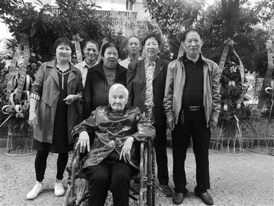"""扬州""""爱吃肉""""老太过100岁 子女把她当孩子哄"""